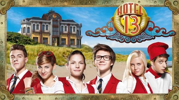 Tysk dramaserie. Tom og Anna får sommerjobb på Hotell 13. Hotellet skjuler mystiske ting og både drama og forelskelse blir en del av hverdagen.