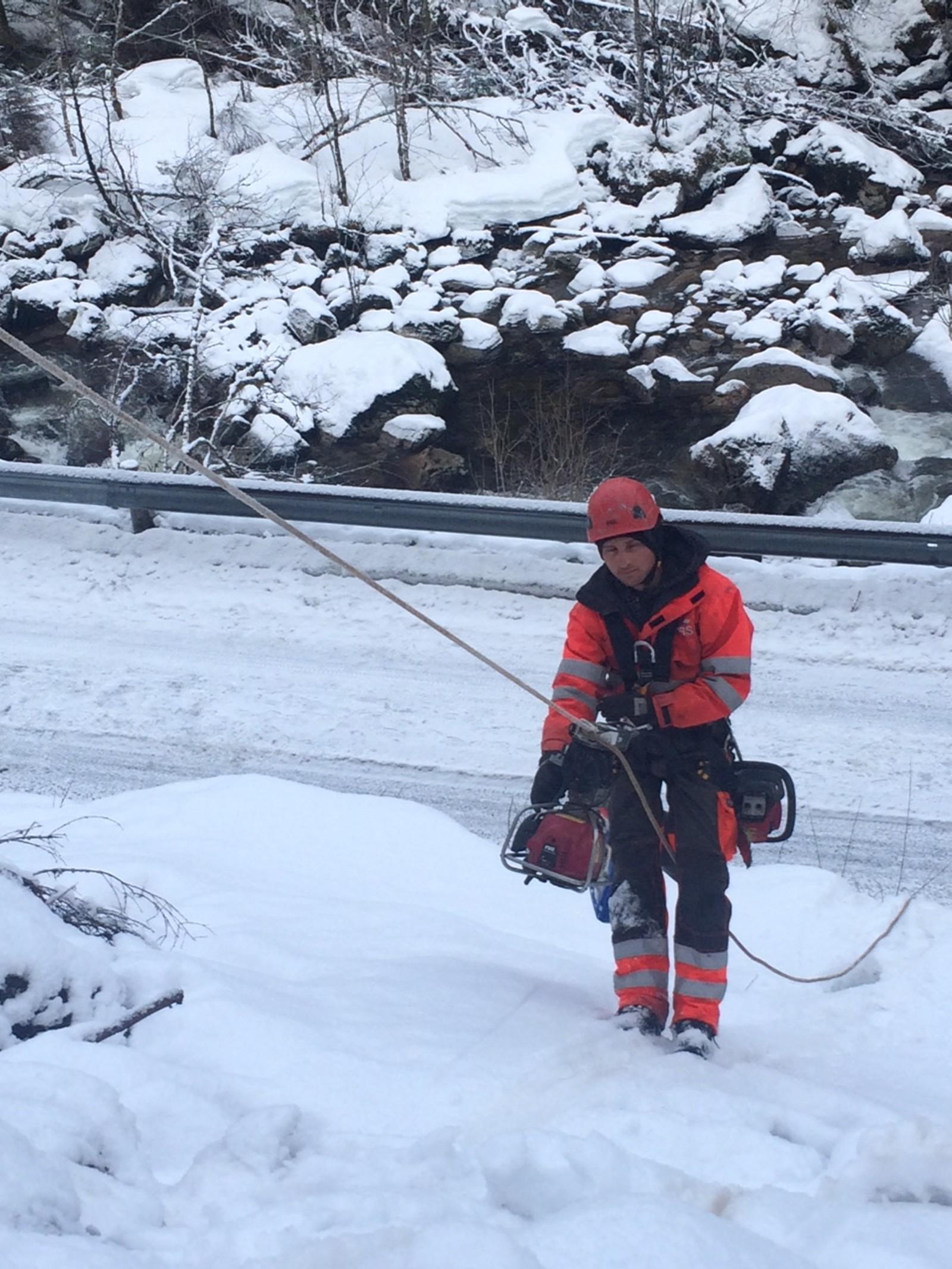 UTSTYR: Det er ikkje lite utstyr klatrarane må ha på seg for å vere trygge i fjellsida. Dominik Mühlman frå Austerrike er klar til å ta seg opp langs dei lause steinane.