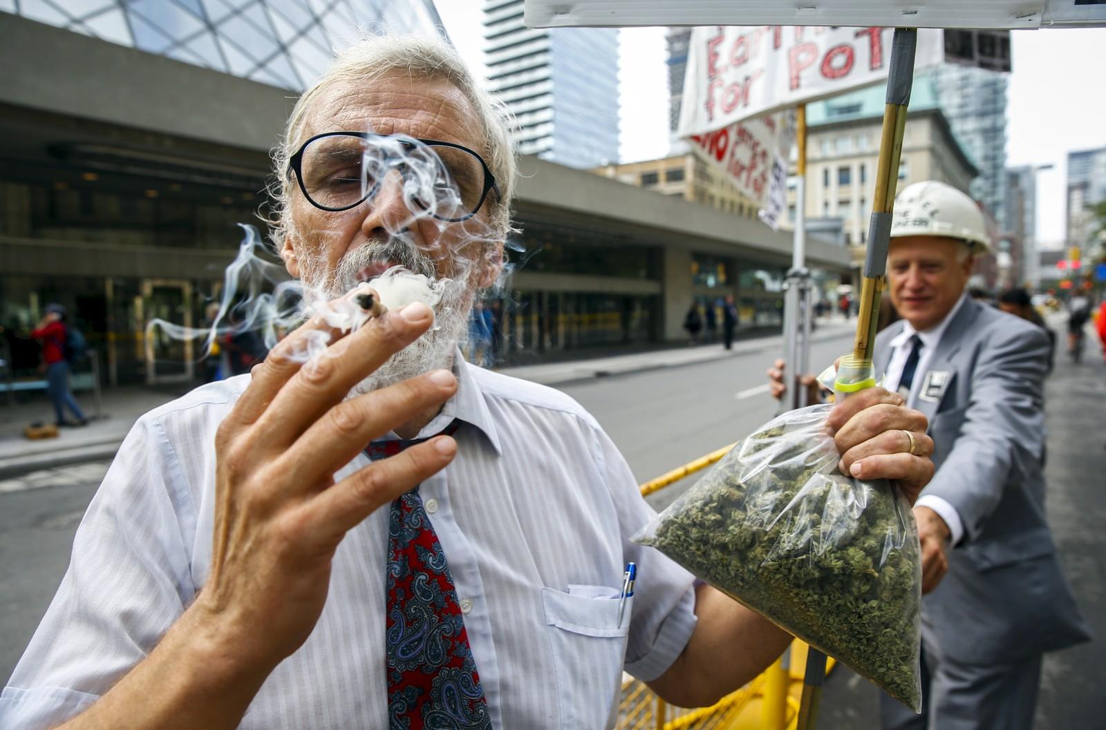 Ray Turmel blåser et slag for at marihuana skal legaliseres i Canada. Legaliseringsdebatten pågår for fullt.