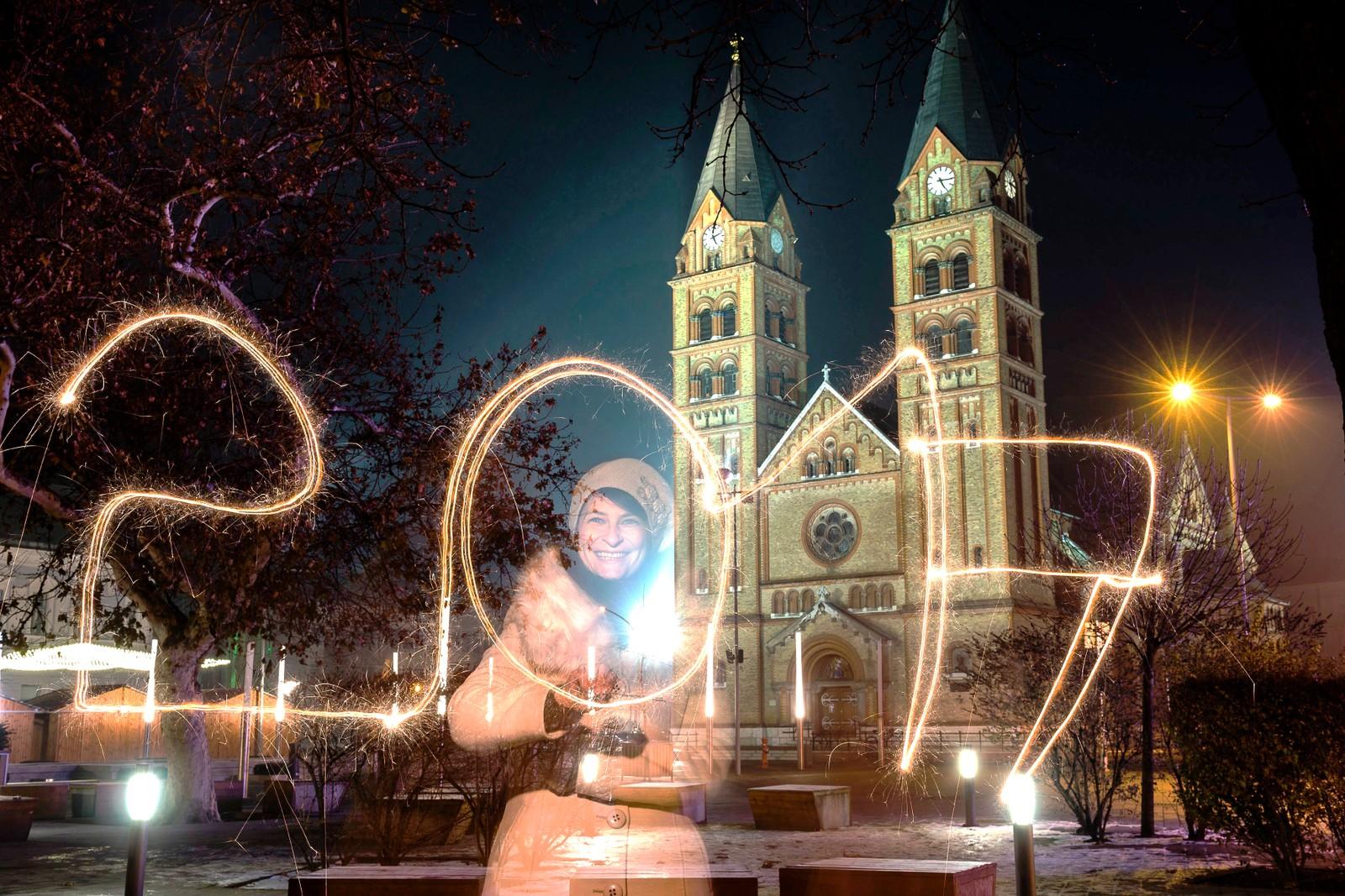 NYIREGYHAZA: En kvinne ønsker 2017 velkommen med stjerneskudd i byen Nyiregyhaza som ligger 245 km øst for Ungarns hovedstad Budapest.