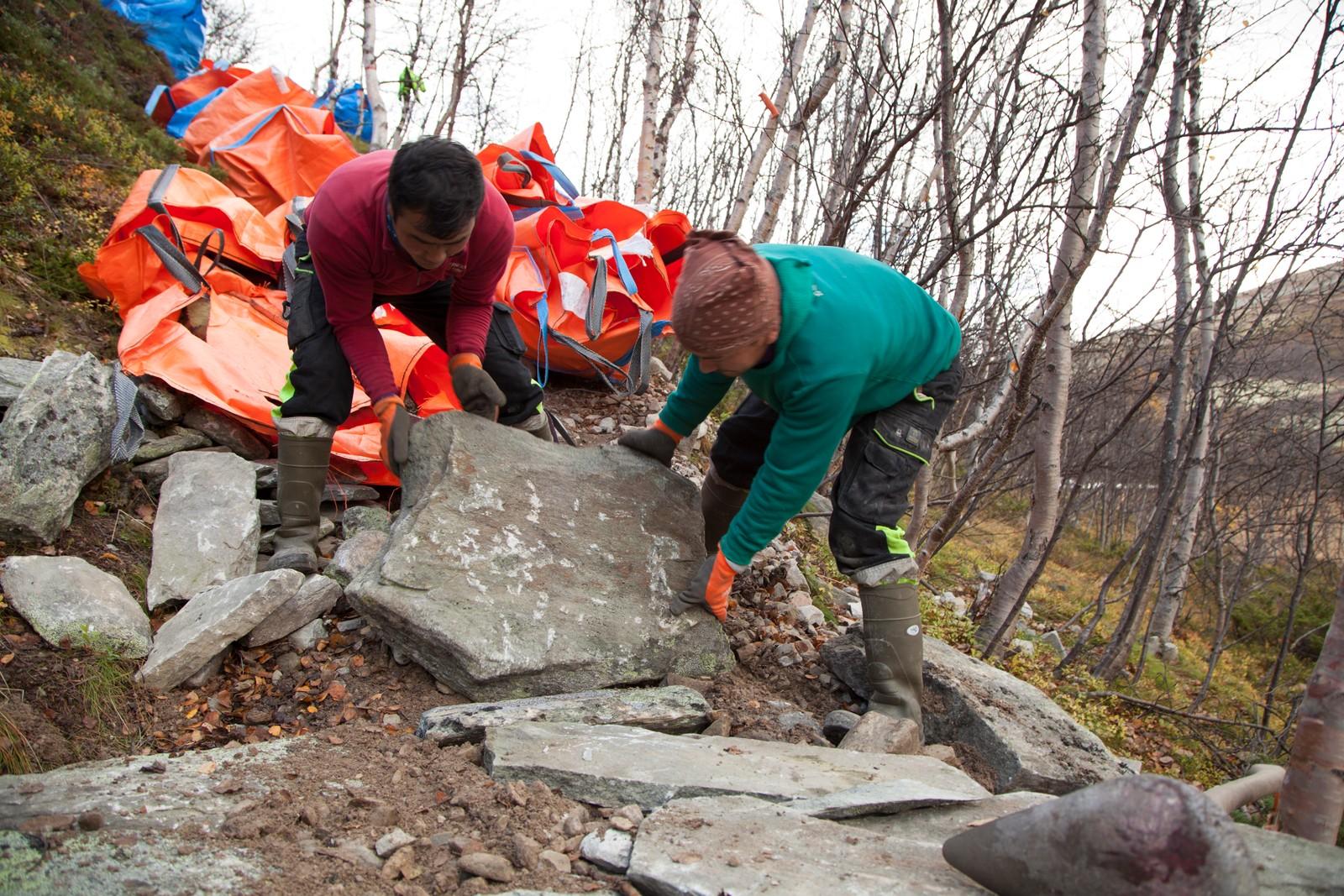 Stein på stein blir til naturlige trapper i terrenget.