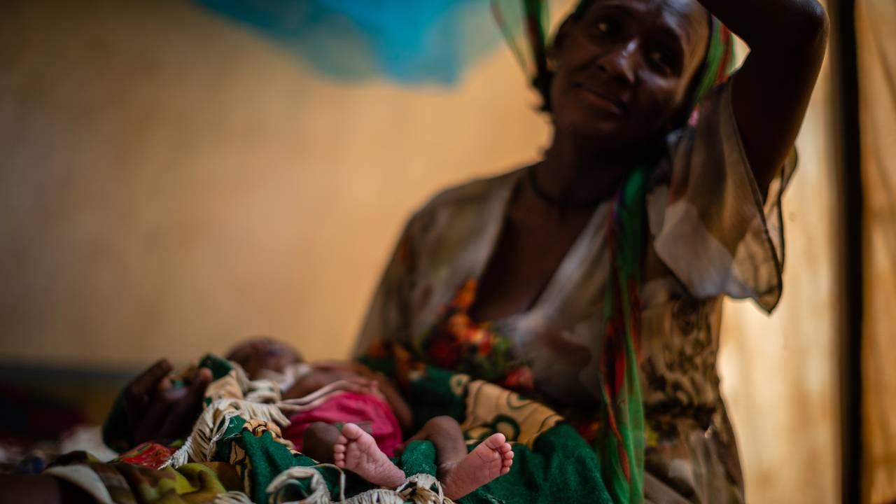 Abeba Gebru (37) sammen med sin underernærte 20 dager gamle datter, Tigsti.