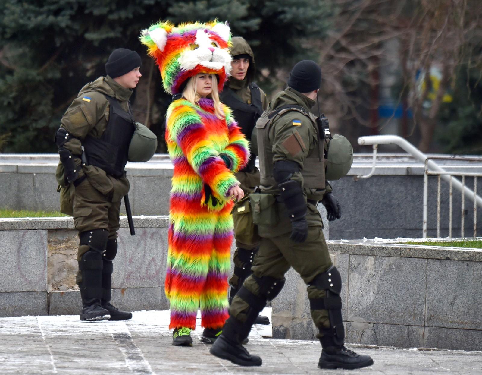 Uniformerte mennesker i Kiev i Ukraina.
