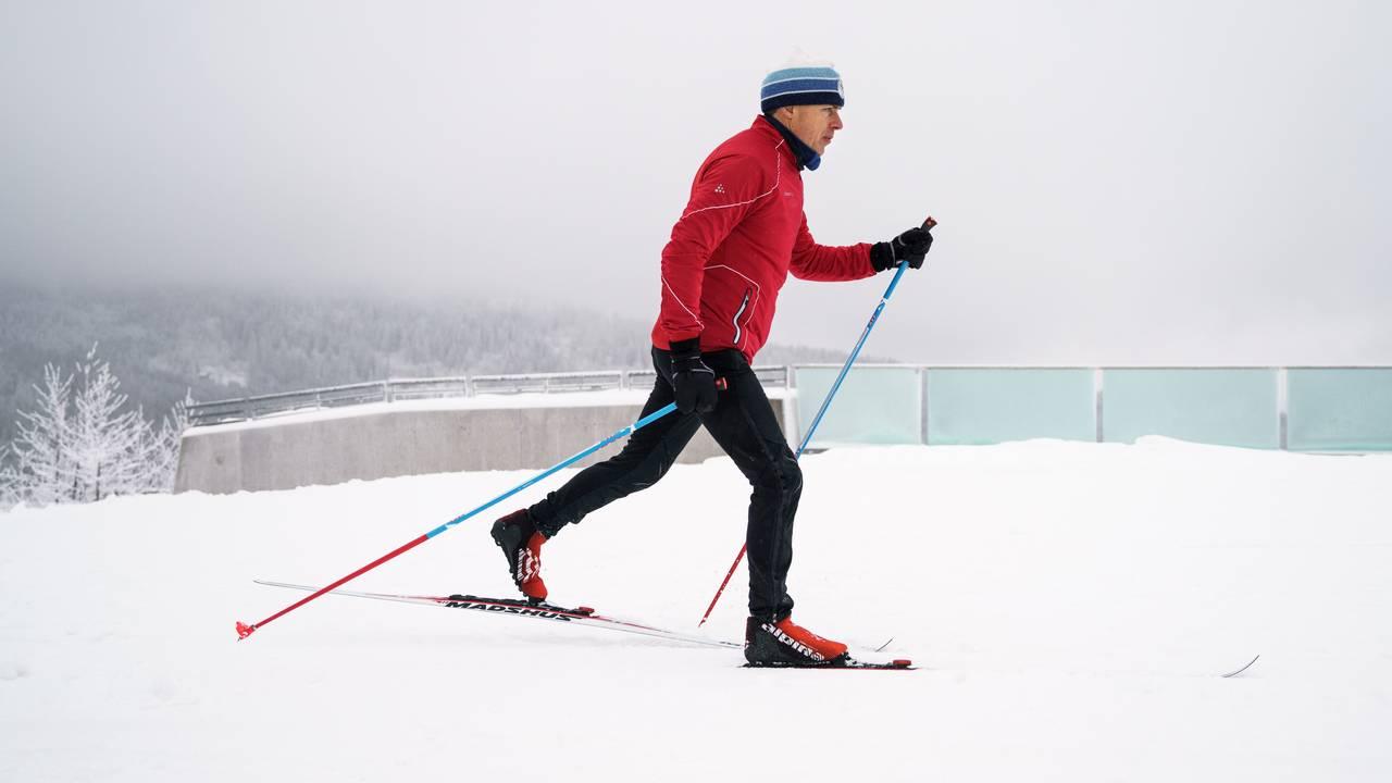 Erik Eide fra Skiforeningen demonstrerer god teknikk når det kommer til diagonal gang på langrennski.