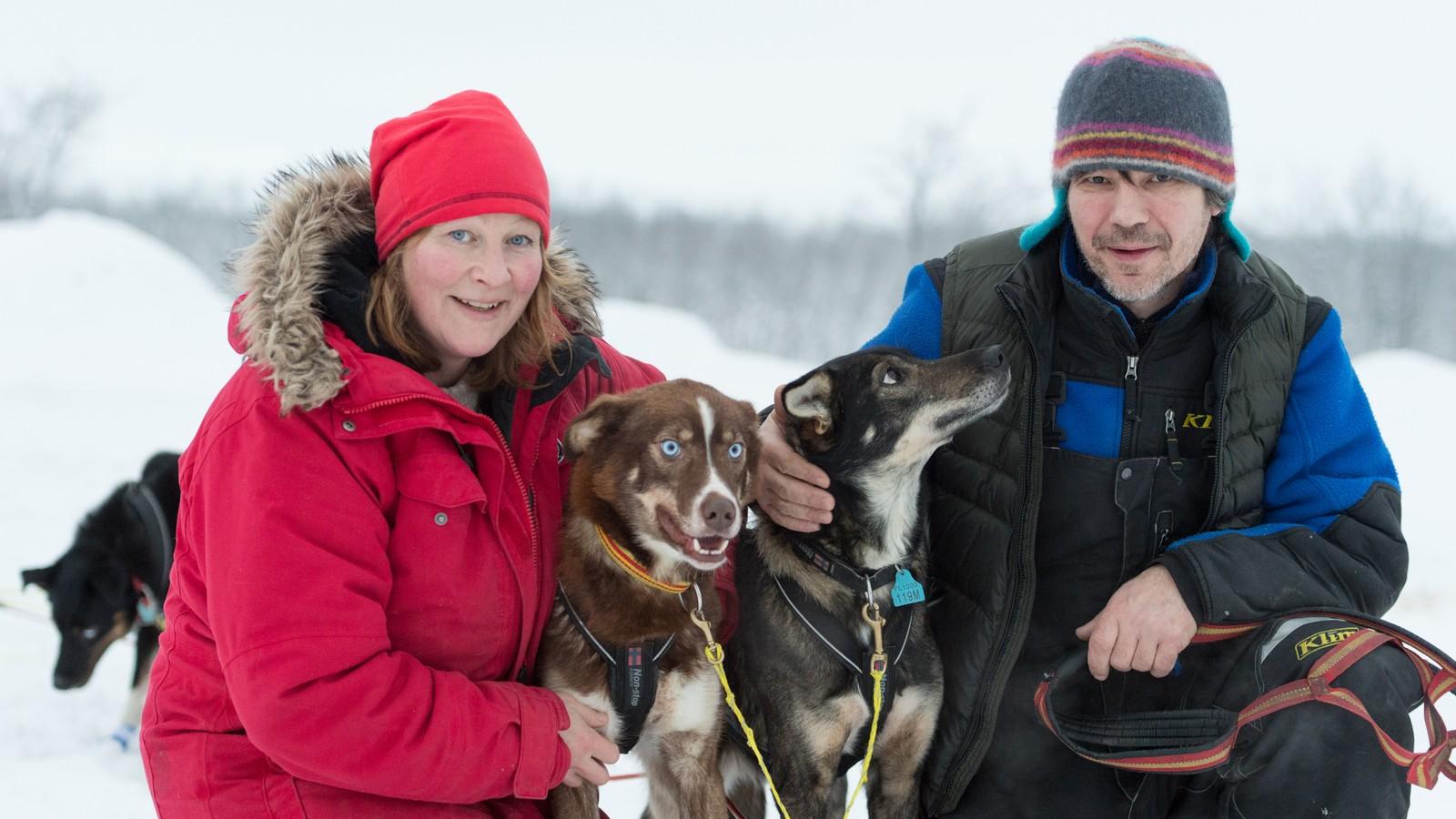 Hugo Hansen fra Storslett startet i dag på 650 km i Bergebyløpet. Kona Trine Sellevoll skal kjøre 500 km i Finnmarksløpet med deler av spannet. Her med hundene Plomma og Nemi.