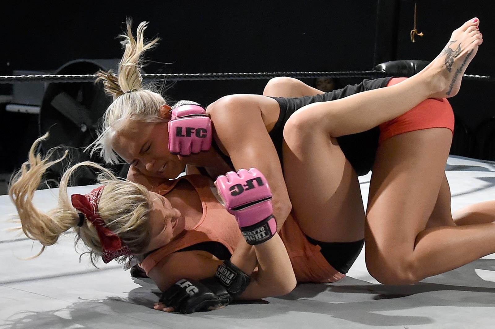Lauren «The Animal» Erickson (øverst) og Chelsea «Feisty Fists» London trener til undertøysbryte-turneringen «A Midsummer Night's Dream» i Las Vegas.