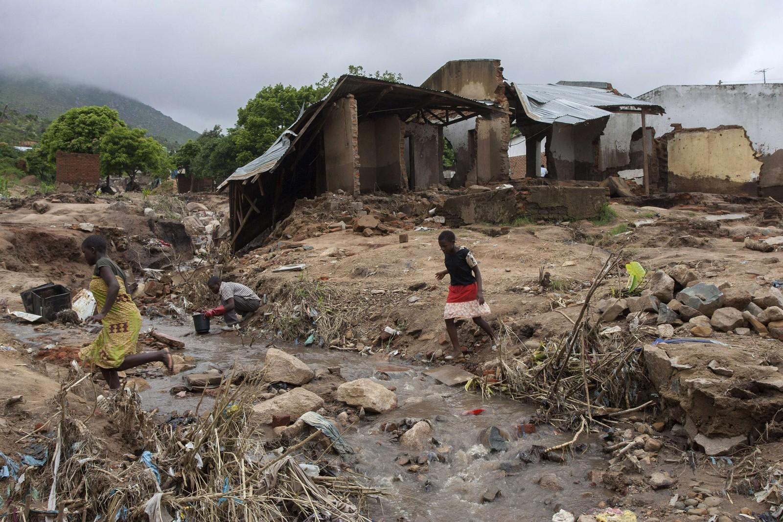 Ødeleggelsene er enorme. Infrastrukturen er slått ut og hundretusener må sove under åpen himmel.