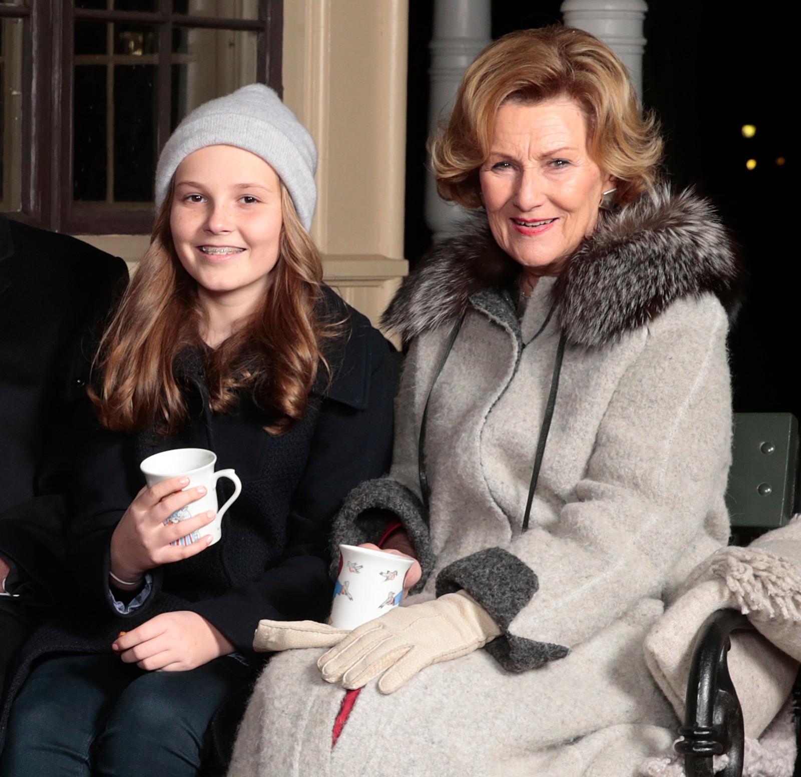 SNART TENÅRING. Prinsesse Ingrid Alexandra saman med bestemor på julefotografering foran lysthuset i dronningparken like før jul i fjor.