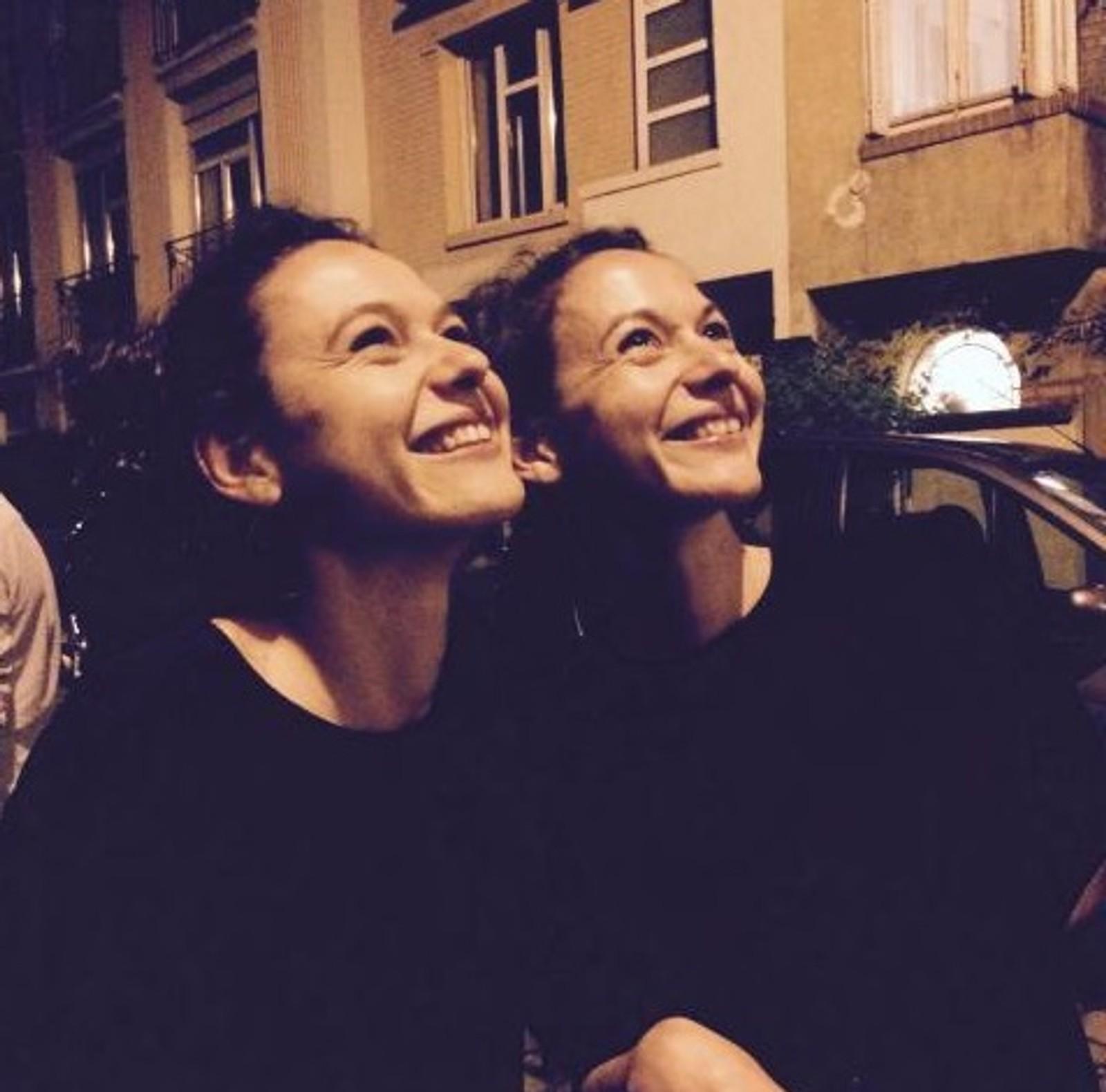 DREPT: Tvillingene Charlotte og Emilie Meaud (begge 27) spiste middag på restauranten Le Carillon. De døde de av skudd fra terrorister. Charlotte jobbet i et gründerfirma, mens søsteren Emilie var arkitekt.