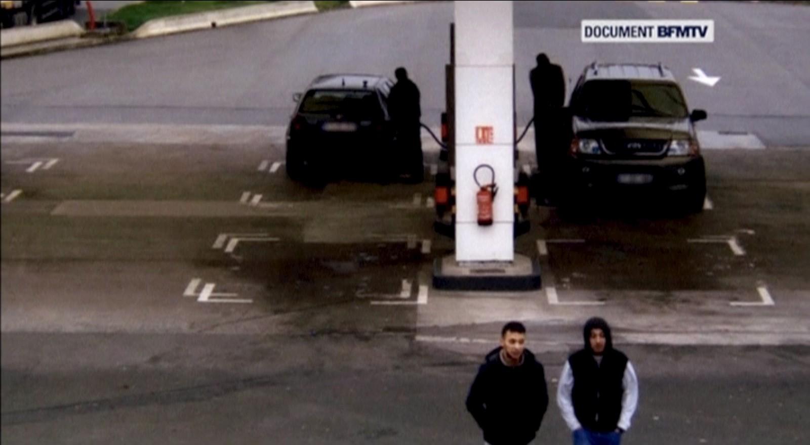 En fransk TV-kanal har fått tak i overvåkingsbilder av den ettersøkte Salah Abdeslam på flukt etter angrepene i Paris i november. Bildet er tatt på en bensinstasjon sammen med en av vennene, Hamza Attou, som kjørte ham fra Paris til Brussel etter angrepene