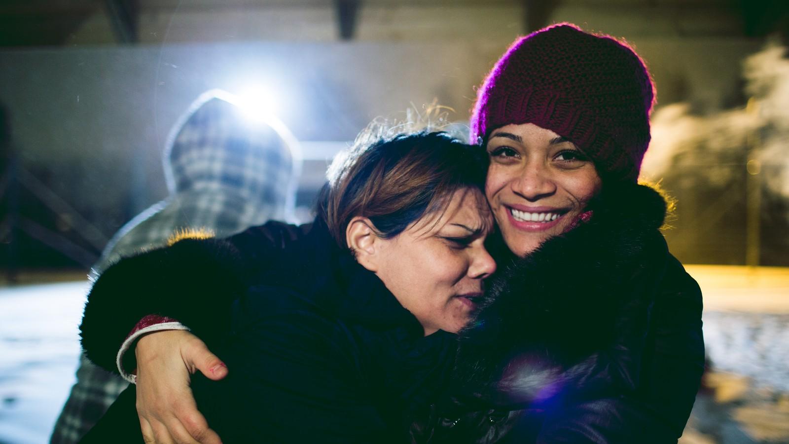 To innsatte ved Bredtveit kvinnefengsel klemmer hverandre.