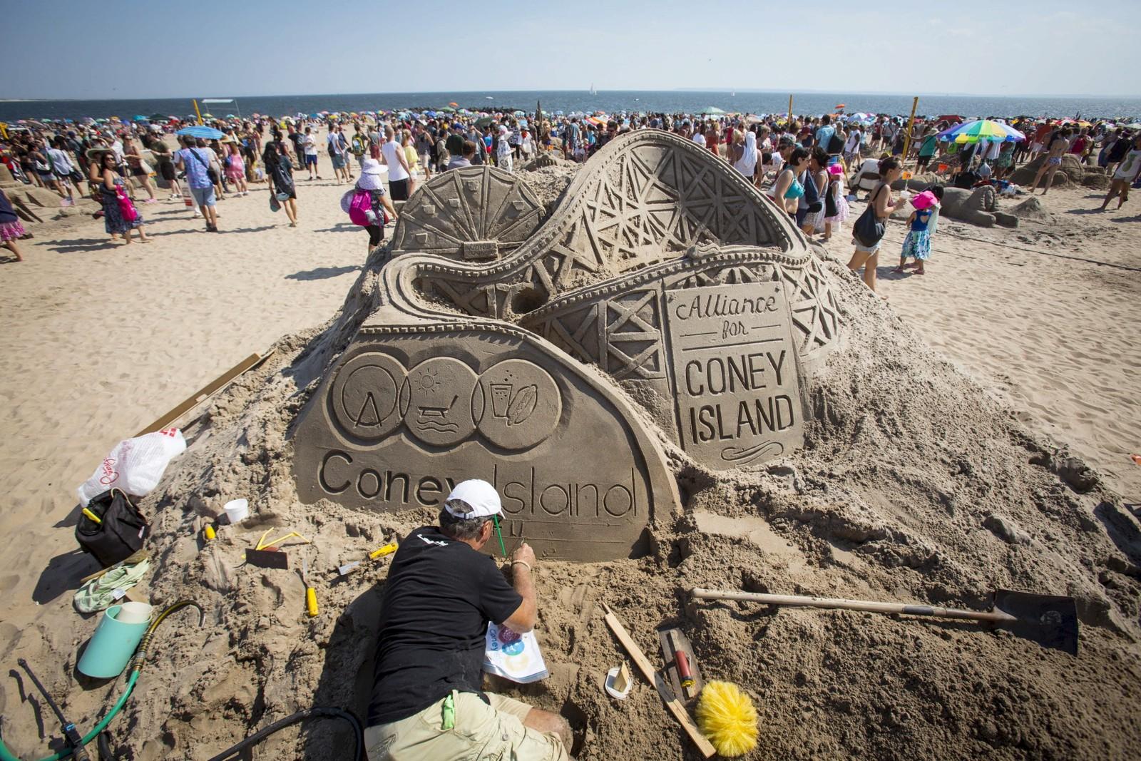 Sandslottkonkurranse på Coney Island, New York. Folk fra hele USA deltar i konkurransen som er i sitt 25. år.