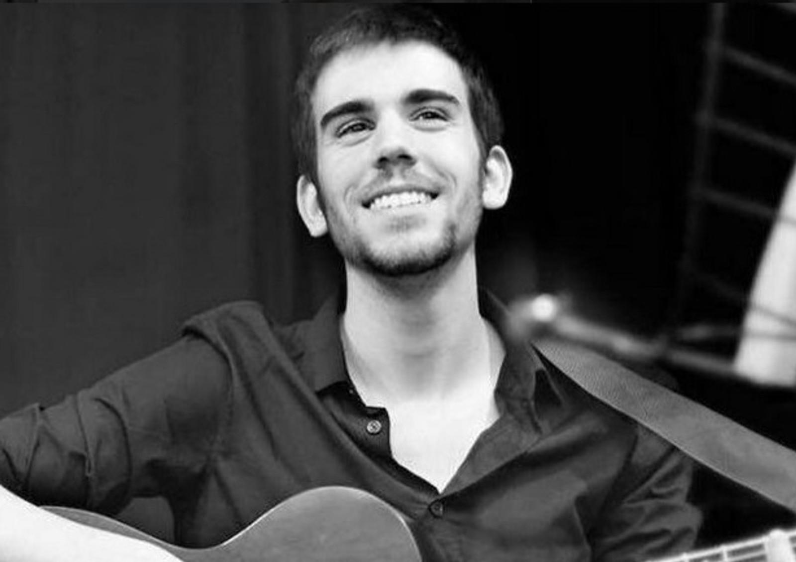 DREPT: Musikeren Baptiste Chevreau (24) var fra Tonnerre i Yonne, men bodde i hovedstaden. På Bataclan mistet han livet. Baptiste jobbet som gitarlærer på en musikkskole i Paris.