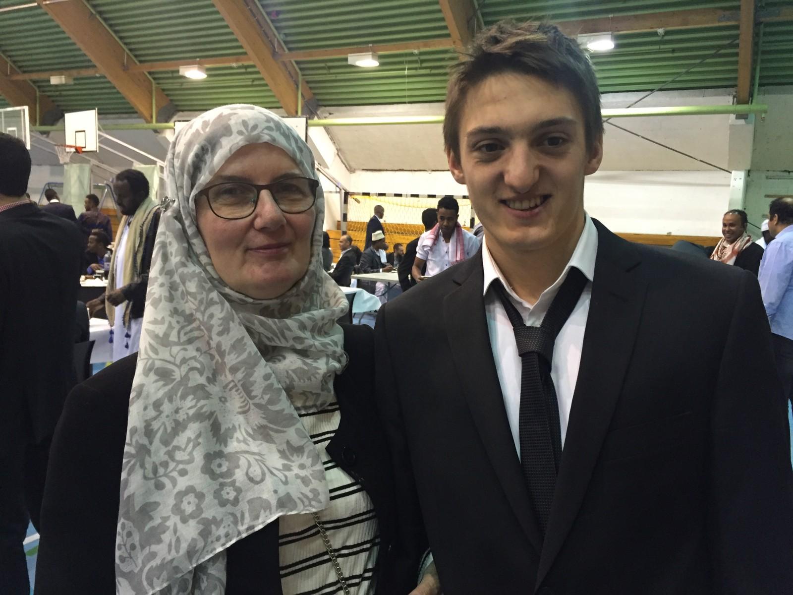 Leder Sandra Maryam Moe i Alnorsenteret her sammen med sin sønn, Adam. - Eid er en av de største høytidene vi har og det er en gledelig dag, sier hun.