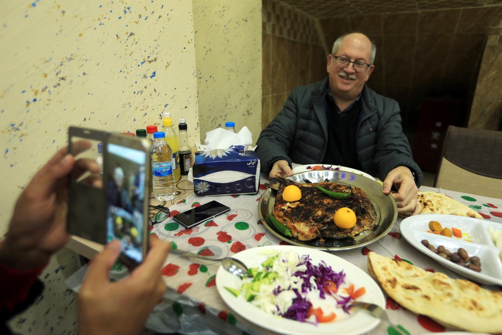 Enkelte har boikottet restauranten på grunn av Trumps uttalelser mot muslimer, men denne mannen ser ut til å være fornøyd.