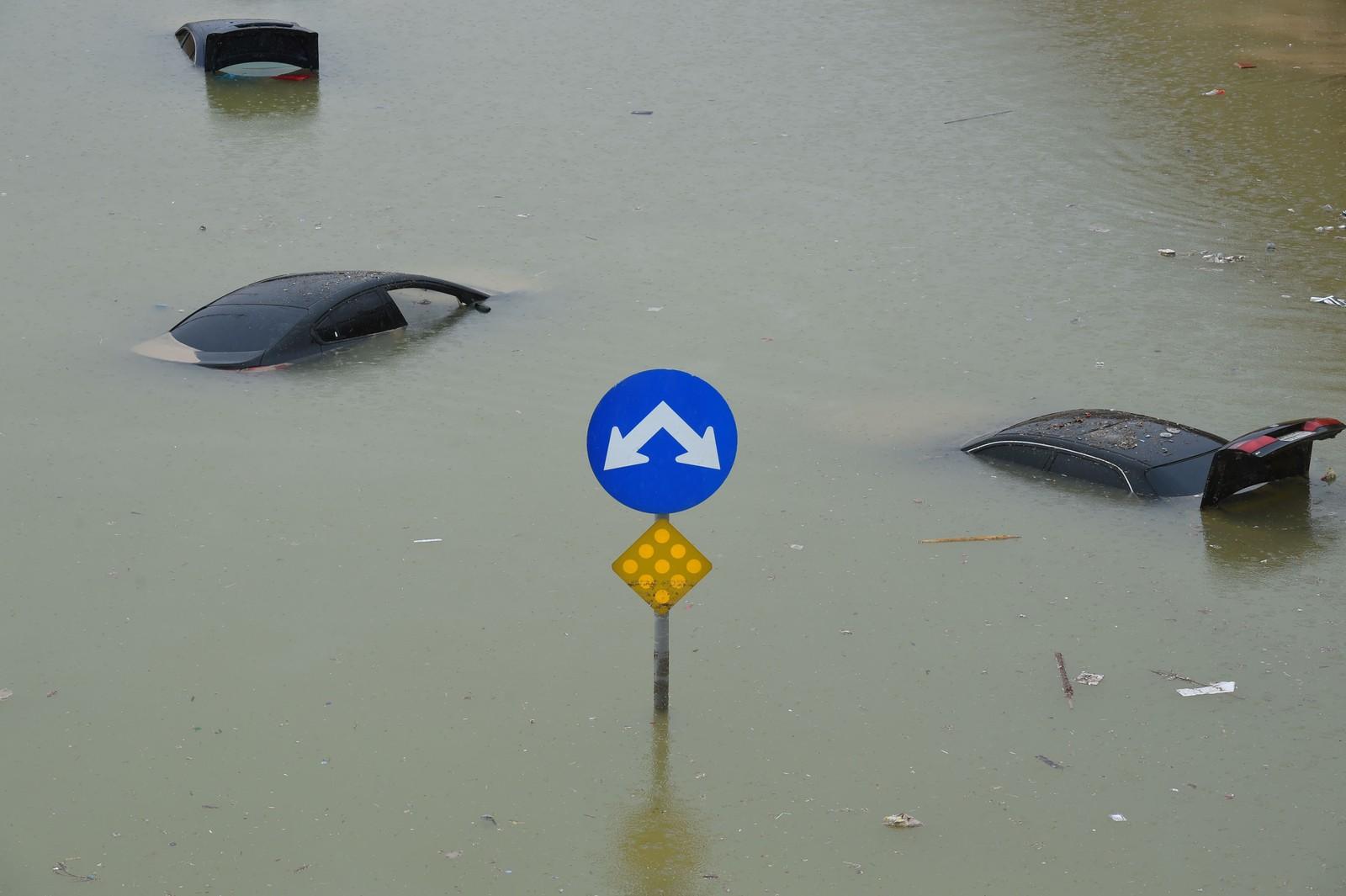 Biler ligger flytende midt i veien etter flere dagers kraftig regnvær i Riyadh i Saudi Arabia.