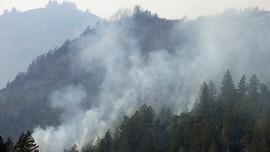 Bilde viser tett røyk som stiger opp fra skogåsene i California. Det har vært mange branner her den siste uka.