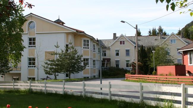 Gloppen sjukeheim. Den gamle tuberkuloseheimen er bygningen lengst unna. Foto: Ottar Starheim, NRK.