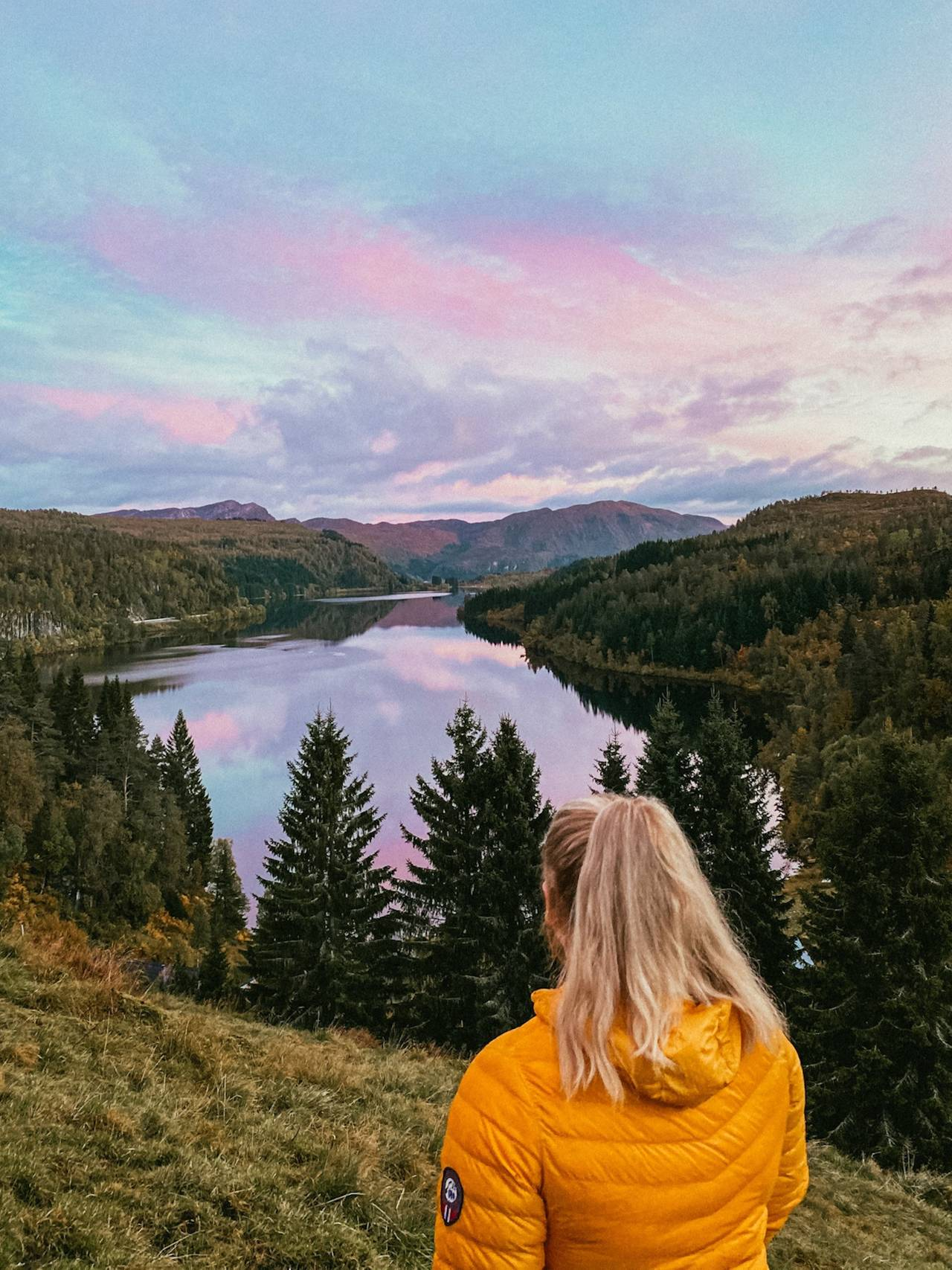 ROSA: Solnedgangen var rosa i Førde onsdag 23. september.