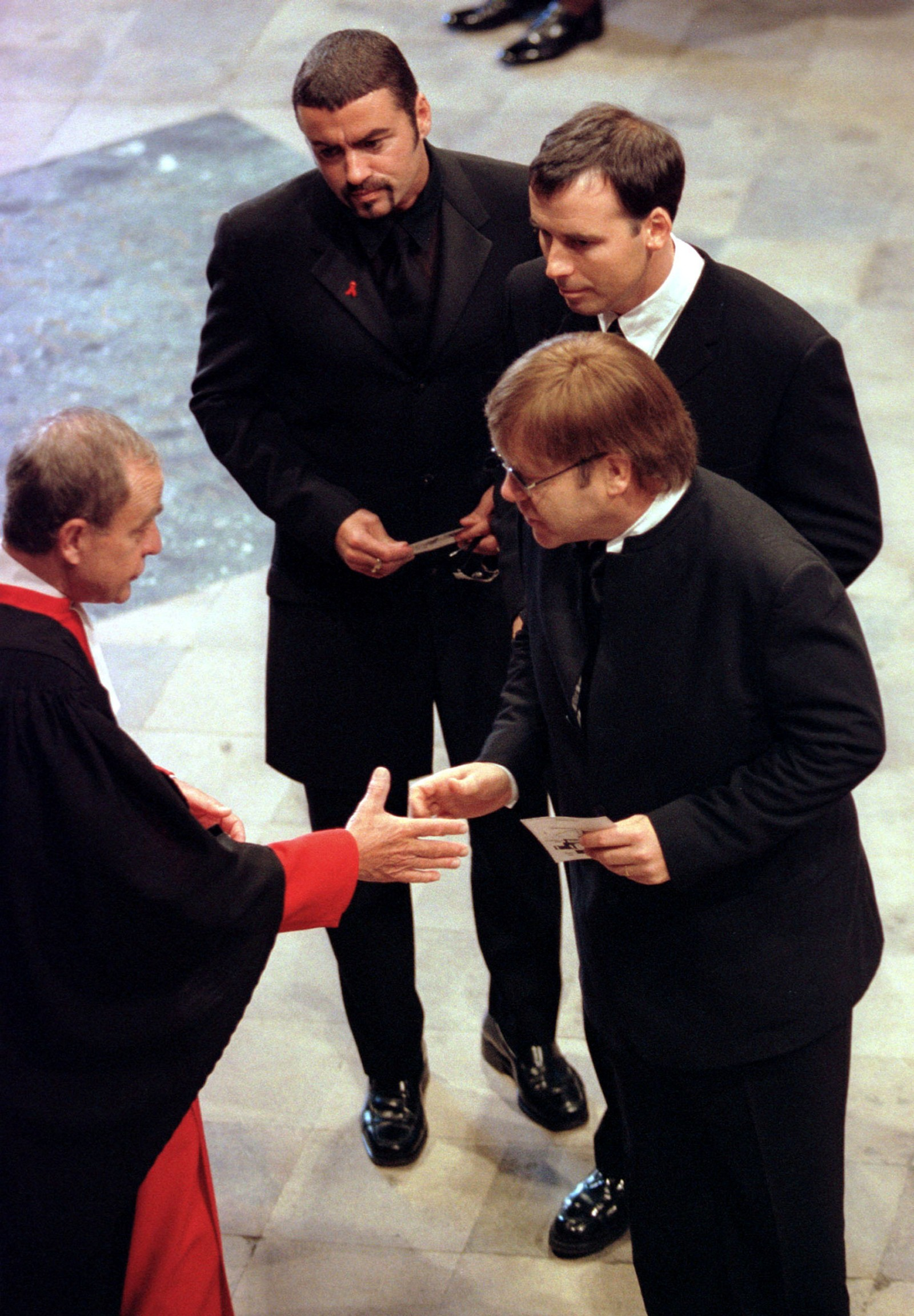 1997: George Michael (bakerst) ankommer prinsesse Dianas begravelse i Westminister Abbey i London 6. september 1997.