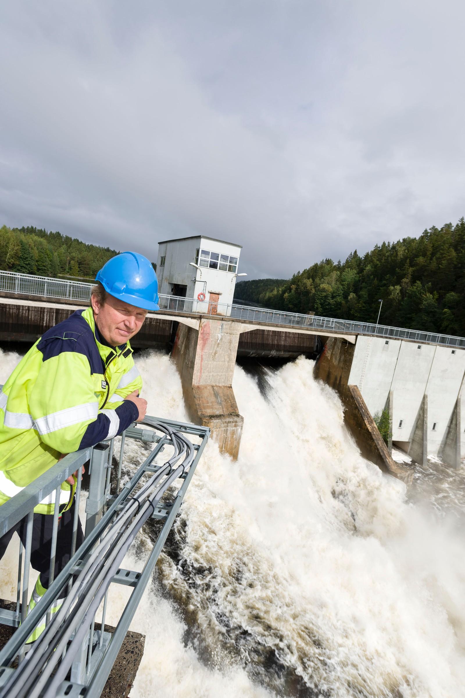 Store vannmengder ved Evenstad kraftverk. Vidar Ljøstad ved Evenstad kraftverk.
