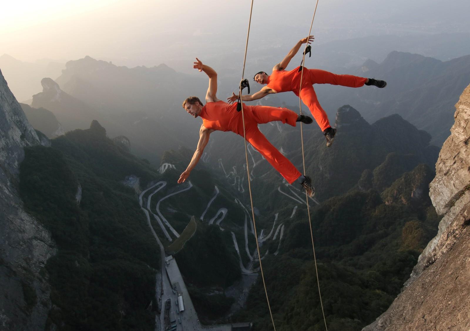 En dansetrupp opptrer i fjellene i Zhangjiajie i Hunanprovinsen i Kina.