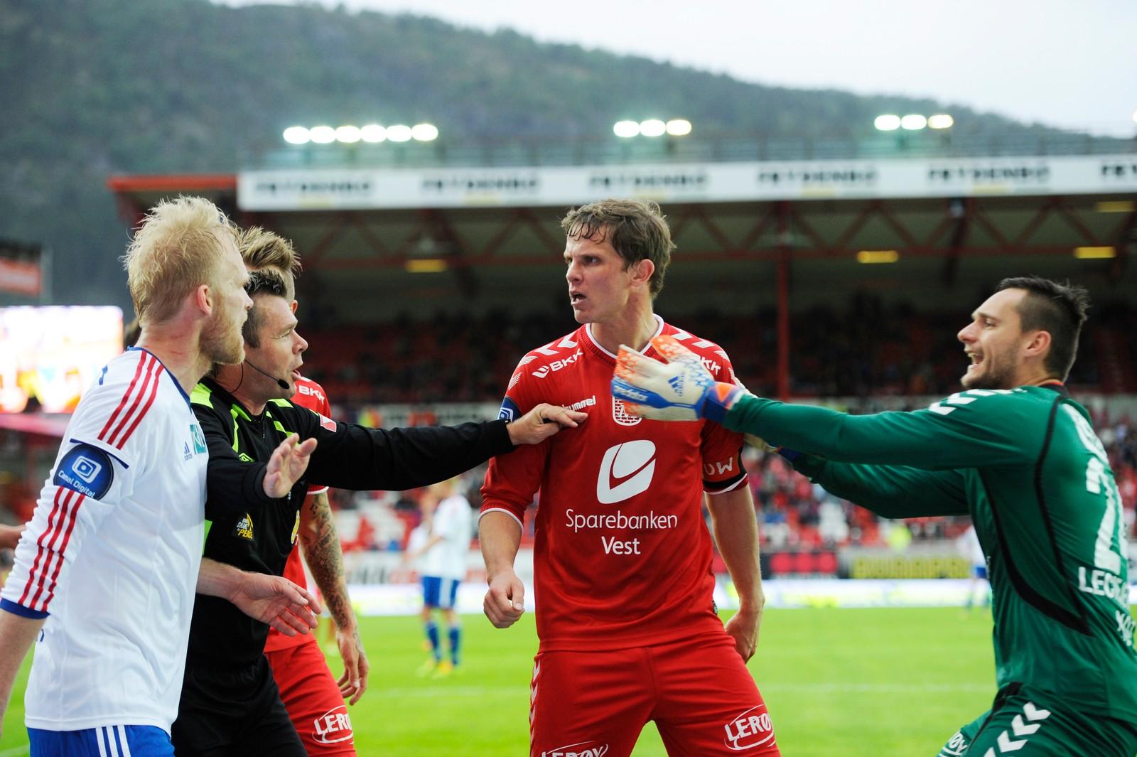 HISSIG: Det meste gikk galt for Brann i 2014-sesongen. Her må keeper Piotr Leciejewski dra Hanstveit vekk fra en krangel med Vålerengas Nicolai Høgh og dommer Per Ivar Staberg. Enga vant kampen 3-2.