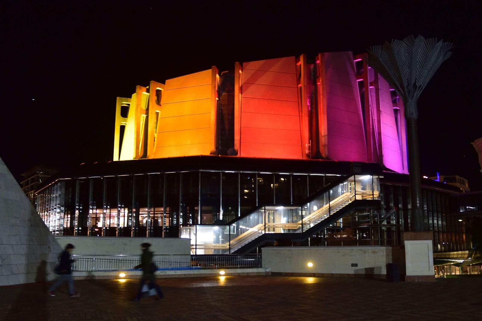 NEW ZEALAND: Vinduene til konsertsalen Michael Fowler Centre i Wellington er kledt i regnbuens farger for å minnes ofrene for skytemassakren i en homoklubb Orlando.