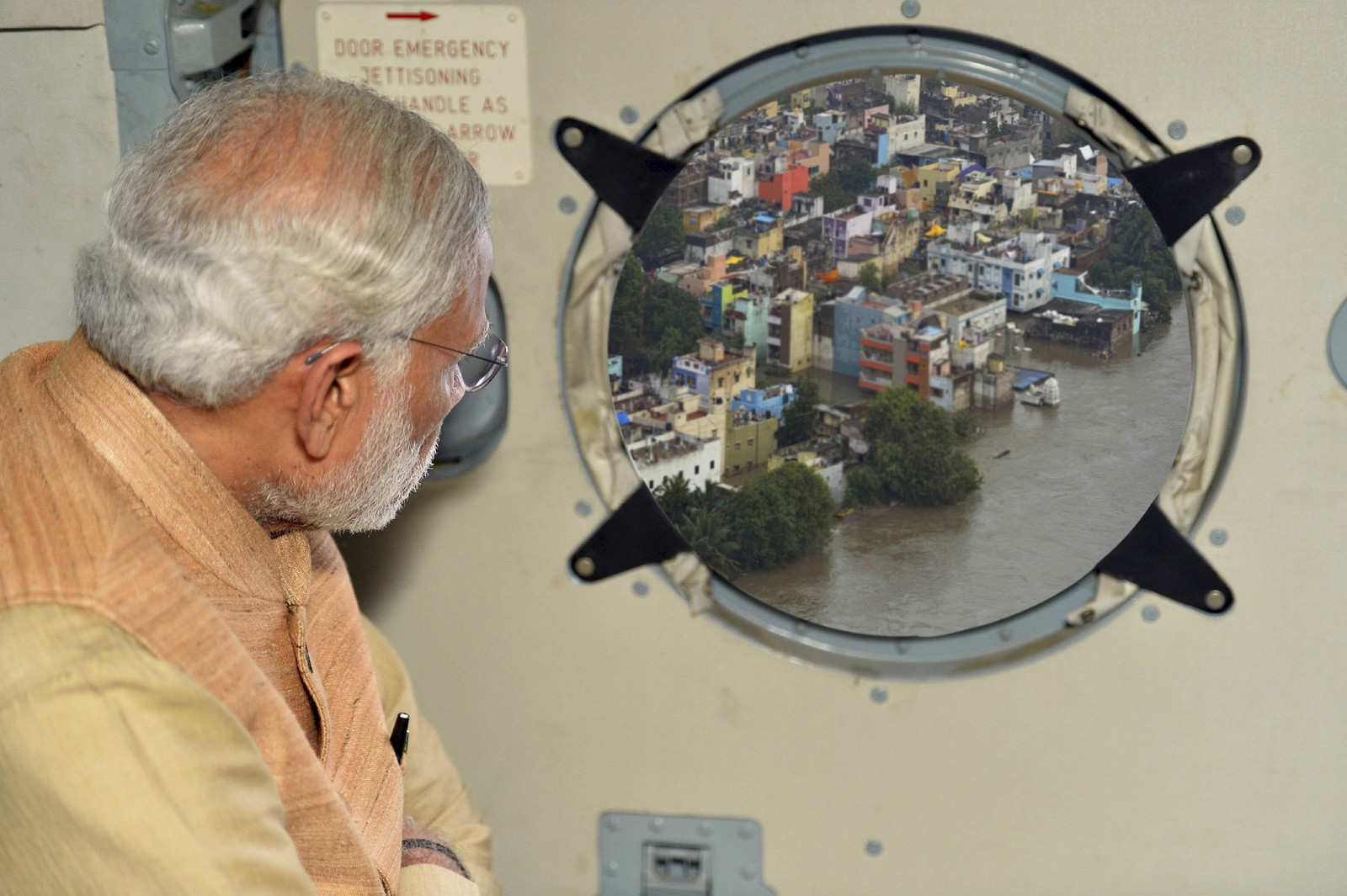 Internett reagerte raskt da dette bildet av Indias statsminister Modi ble publisert av myndighetene. Det viste seg nemlig at bildet var manipulert, og at han slett ikke var så nære konsekvensene av det voldsomme regnskyllet som har rammet landet. I det originale bildet er han på mye lengre avstand.