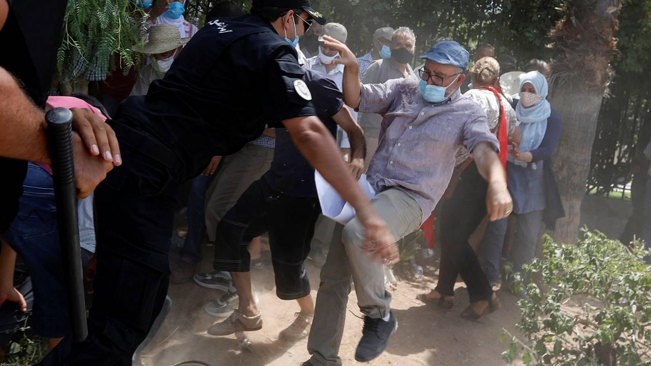 En demonstrant slåss med politiet i Tunis