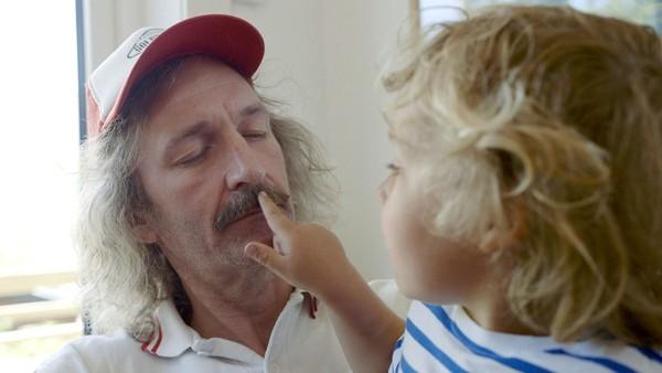 Norsk dramaserie. Barten. Onkel skal komme på besøk og Stellan gleder seg. Men onkel har fått bart og ser annerledes ut! Stellan blir skeptisk.
