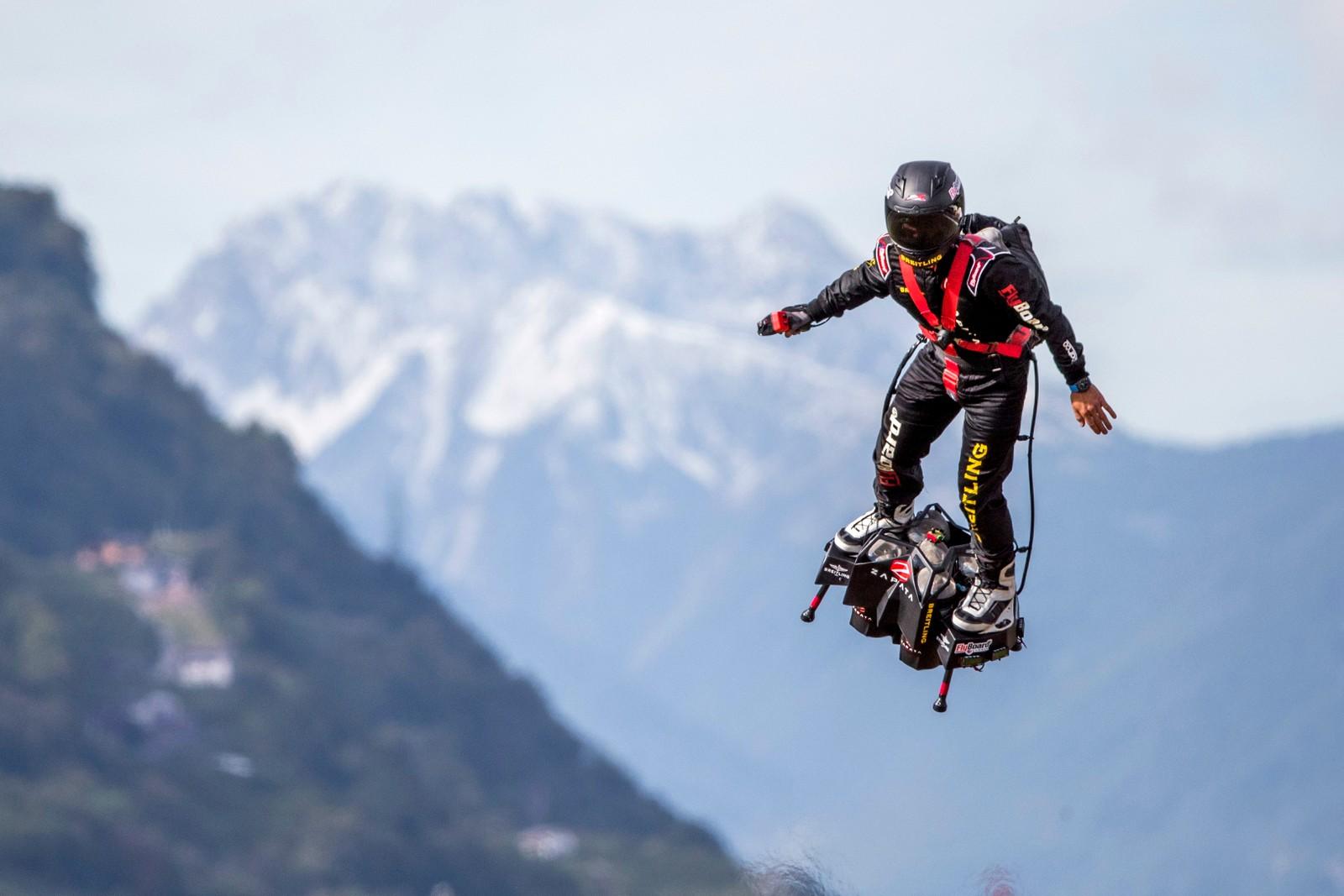 """Franky Zapata viser seg fram på et såkalt flyboard under """"International Breitling Airshow"""" i Sion i Sveits."""