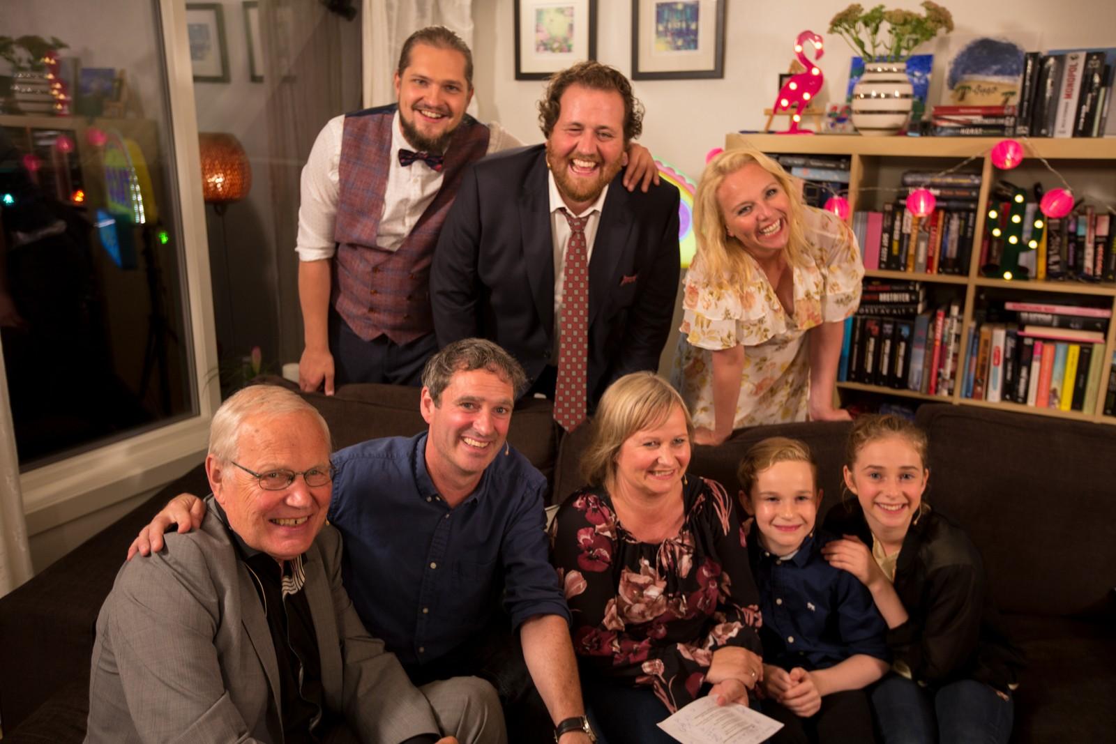 Familien omringet av Arne Scheie, Lars Andreas Aspesæter, Ronny Brede Aase og Linn Skåber.