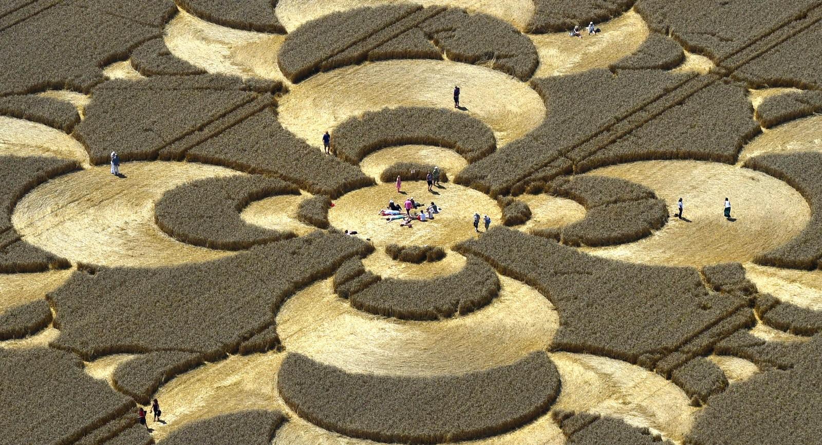 Folk besøker en kornsirkel ved Mammendorf i Tyskland den 3. august. Den har en diameter på 180 meter. Det er foreløpig ingen som vet hvem som har laget den.