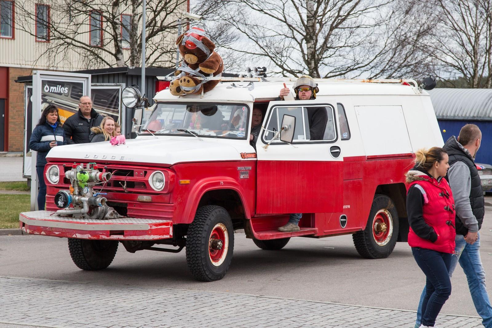 En pensjonert brannbil. Nordmenn samles i Strömstad i Sverige skjærtorsdag.
