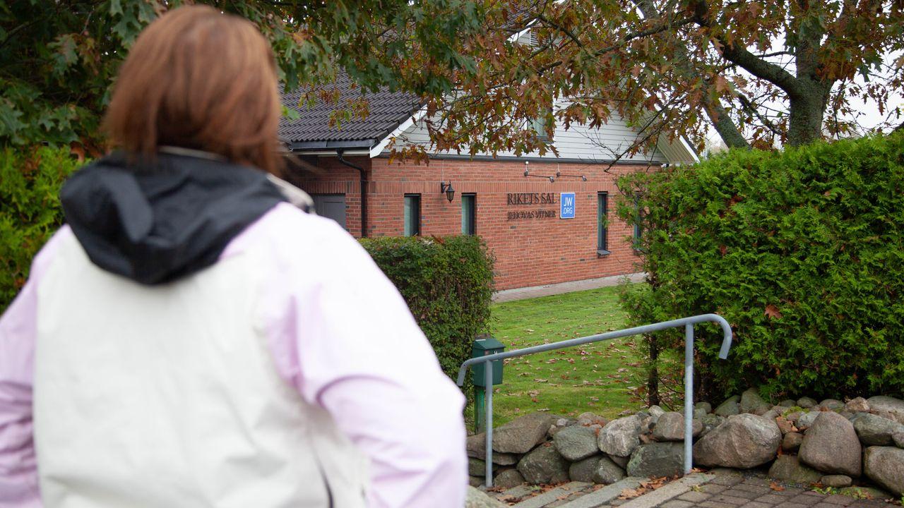 Skiltene på Rikets Sal i Moss sett over skulderen til Ramona Solgård