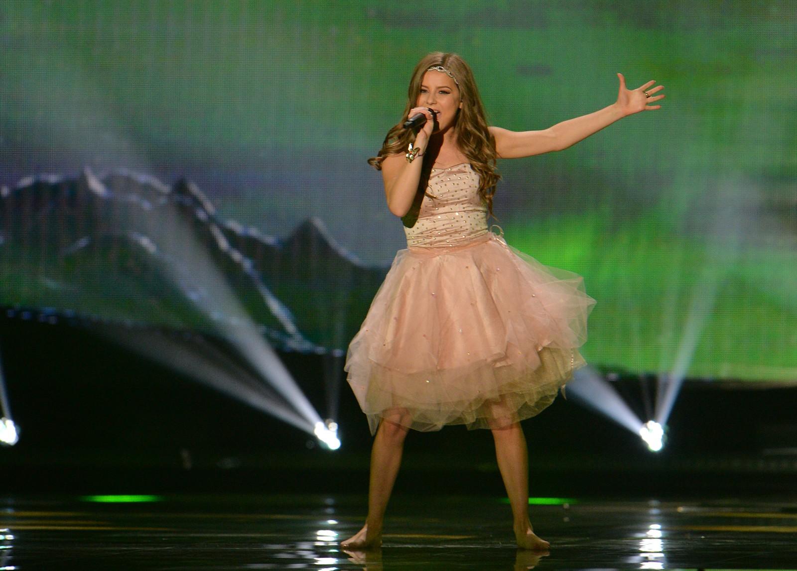 Maria Olafs er Islands representant og artist nummer tolv. Hun synger låta «Unbroken» i kveld. Her fra onsdagens kostymeprøver.