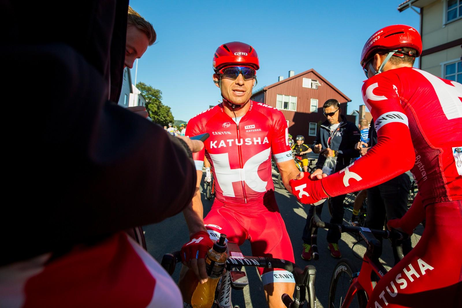 Alexander Kristoff (Team Katjusja) takker lagkamerat Sven Erik Bystrøm (t.h.) for hjelpen etter fjerde og siste etappe i sykkelrittet Arctic Race of Norway søndag. Kristoff kom på 2.-plass.