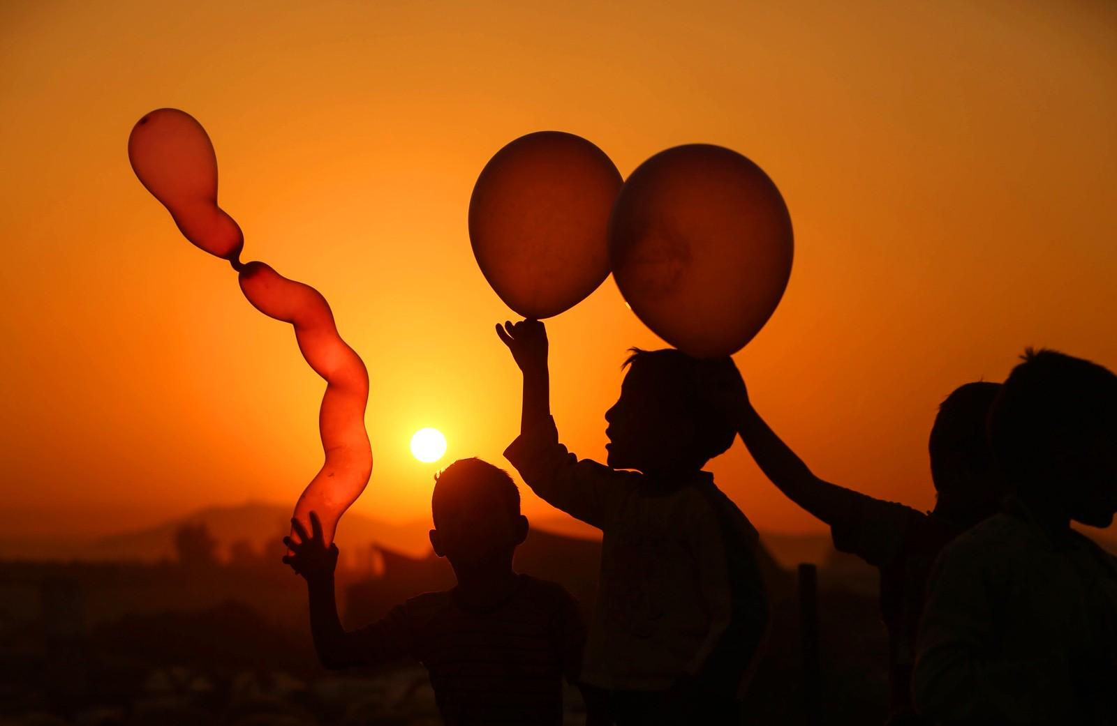 Barn leker med ballonger i Douma i Syria.