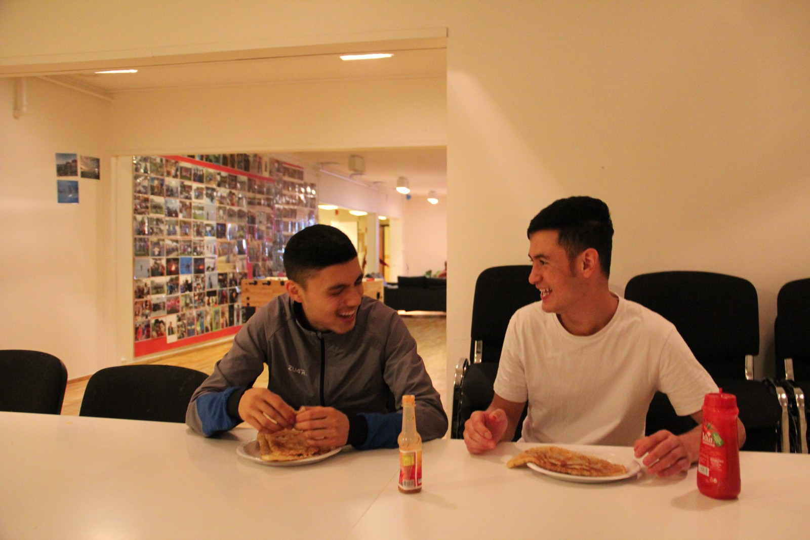 MIDDAG: De er venner, og koser seg her med pannestekt afghansk brød til middag, som de laget sammen med jentene på mottaket.