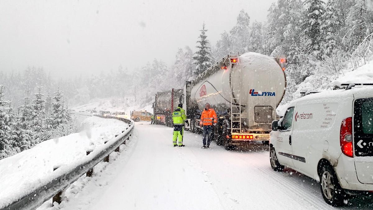 KREVJANDE: Fleire bilar har fått problem på glatta onsdag morgon. Biletet er frå Halbrendslia på E39 gjennom Førde.