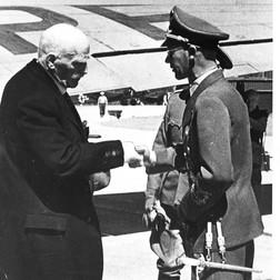 NAZISTEN: Etter å ha følt seg såret av Hitler under sitt møte med ham i 1943, ble Hamsun mottatt på Fornebu flyplass av rikskommissær Josef Terboven, som Hamsun foraktet. Foto: NTB /Scanpix