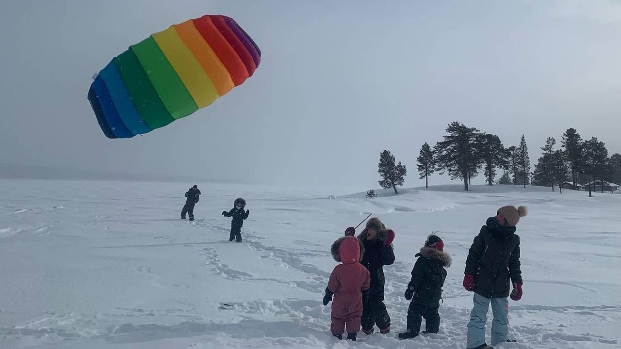 Barn leker med kiting i snøen ved Fiskevollen i Rendalen.