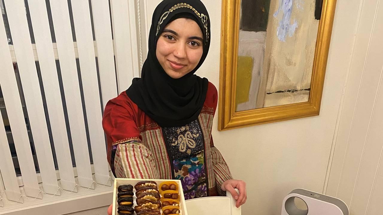 Fatima holder en pakke dadler