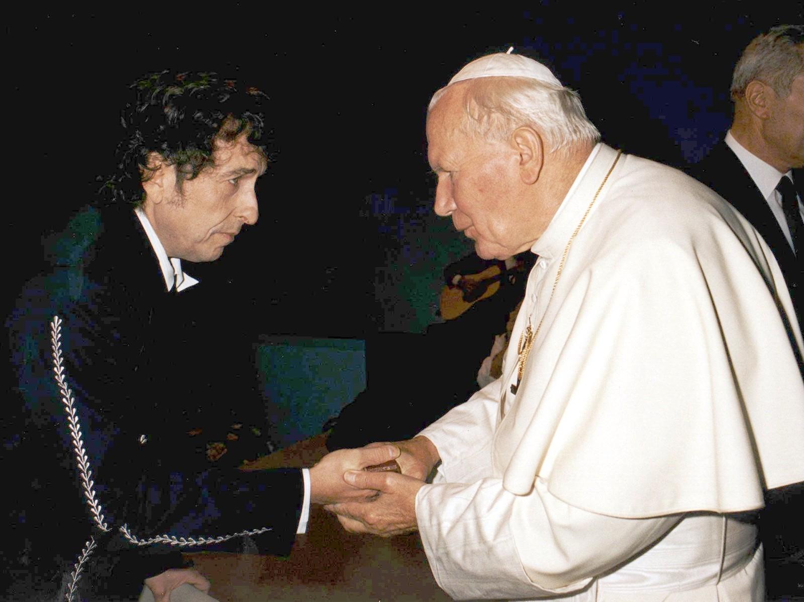 Pave Benedikt XVI hadde liten sans for at Bob Dylan opptrådte for avdøde pave Johannes Paul II i 1997. Her hilser Dylan på paven etter konserten i Bologna i Italia for snart ti år siden.