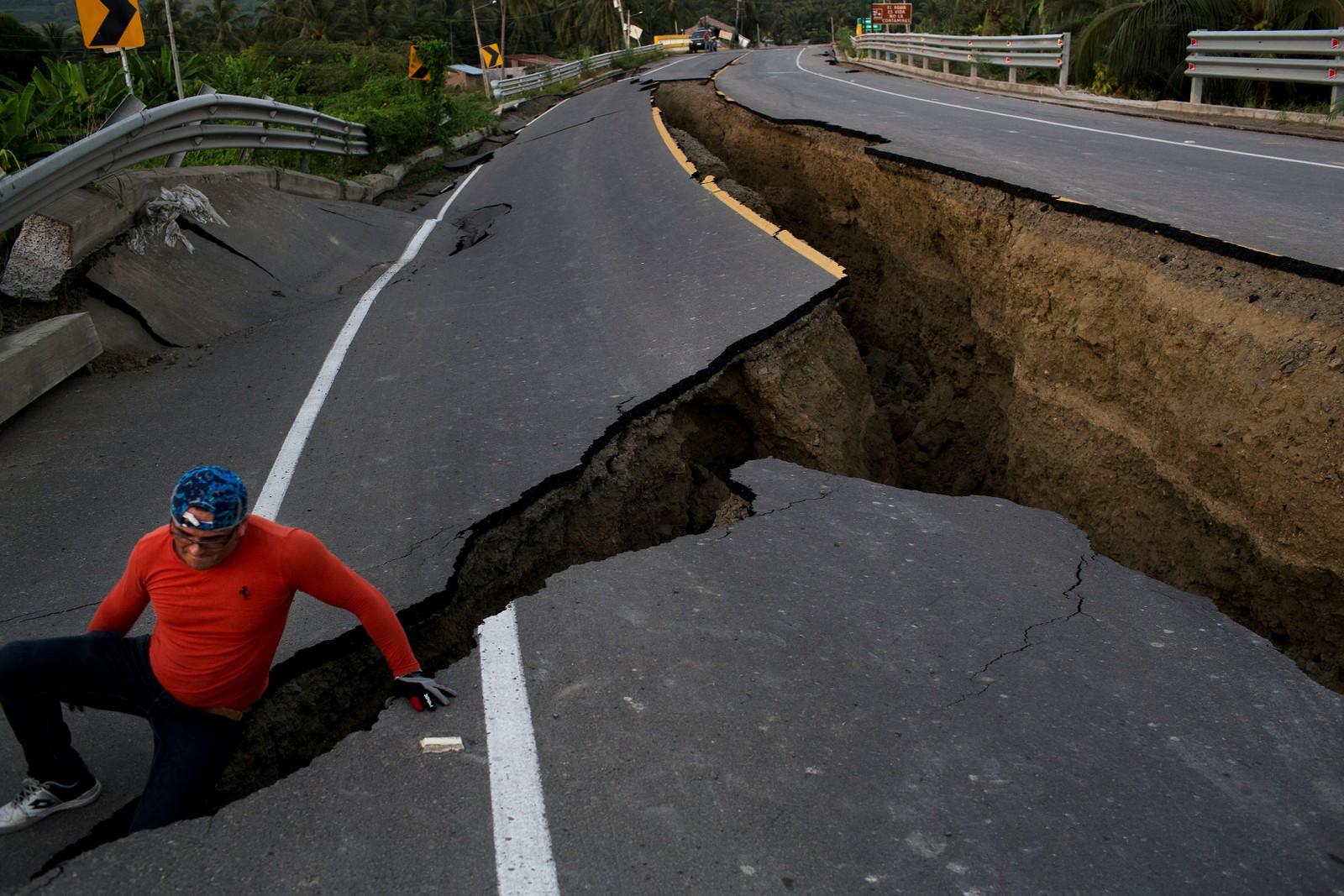 En mann bruker humor som virkemiddel foran fotografen på en motorvei som fikk føle hvordan et jordskjelv med styrke 7,8 er. Jordskjelvet som rammet Ecuador denne uka, førte til at over 480 mennesker mista livet og 1700 mennesker skal fremdeles være savna.