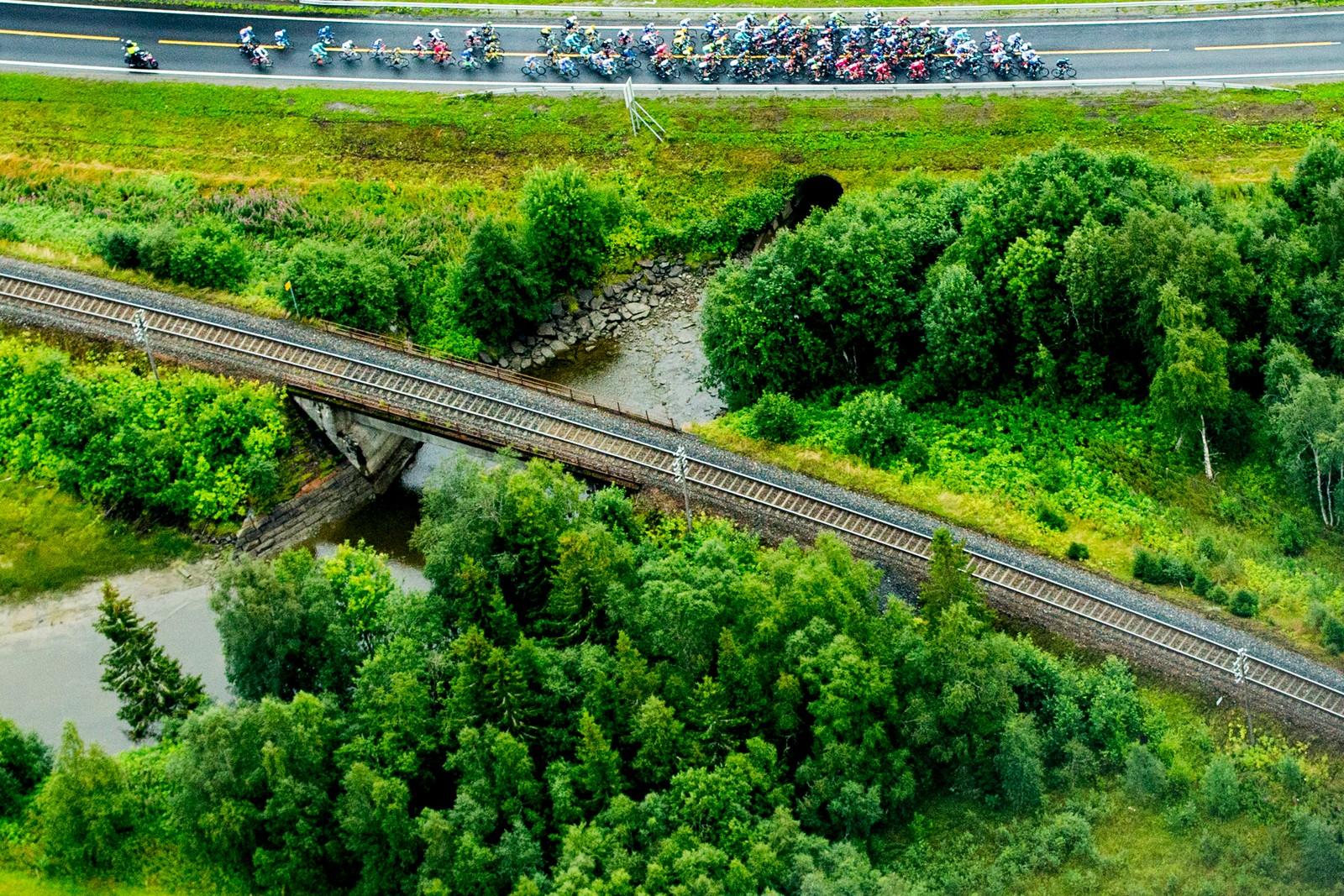 Hovedfeltet under tredje etappe i sykkelrittet Arctic Race of Norway lørdag. Etappen gikk fra Nesna til Korgfjellet.
