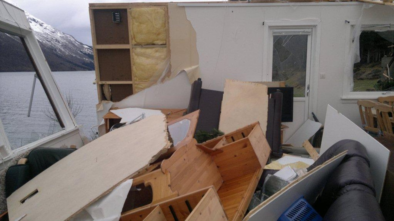I stova var eine veggen nesten vekke.