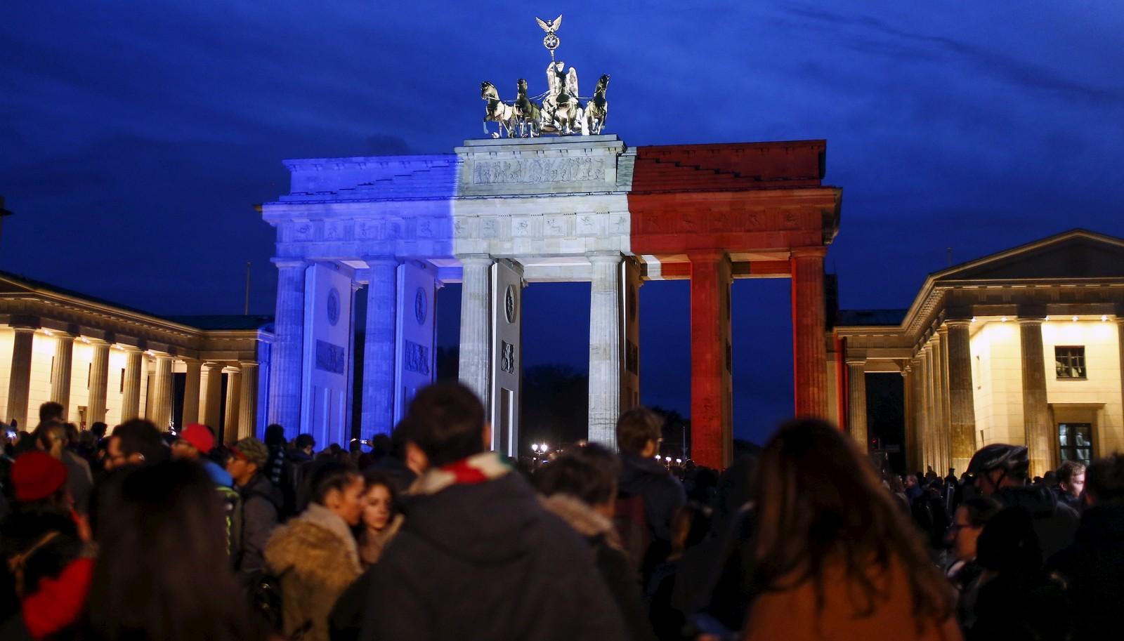 Mennesker strømmet til byporten «Brandenburger Tor» i Berlin, Tyskland, etter terroren i Paris. Byporten er lyst opp i blått, hvitt og rødt.