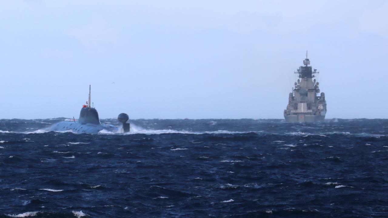Ubåt og krigsskip fra den russiske Nordflåten øver utenfor kysten av Norge